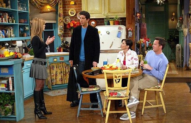 A Monica lakásában álló hűtő igen értékes darab volt - na nem azért, mert olyan drága lett volna, hanem, mert az egész stáb abban tartotta az innivalóját!