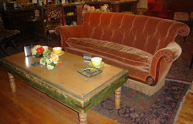 Tudtátok, hogy a Central Perk kávézó híres narancssárga kanapéját a Warner Bros. stúdió alagsorában találták?