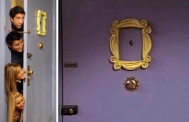 Biztos legalább egyszer már benned is felvetődött a kérdés, hogy miért van egy képkeret Monicáék ajtajának kukucskálója körül - eredetileg ott egy tükör lógott volna, de valaki a stábból eltörte az üveget, viszont a keret nélküle sem nézett ki rosszu