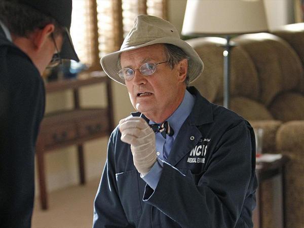 David McCallum a hatodik szezon 23. részéig minden egyes epizódban szerepelt. Ugyan kórboncnok, de még azokba a részekbe is bekerült, amelyekben senki sem halt meg. Ezekben Ducky az ügyek pszichológiai oldalairól vitatta, vagy személyes tanácsokat os
