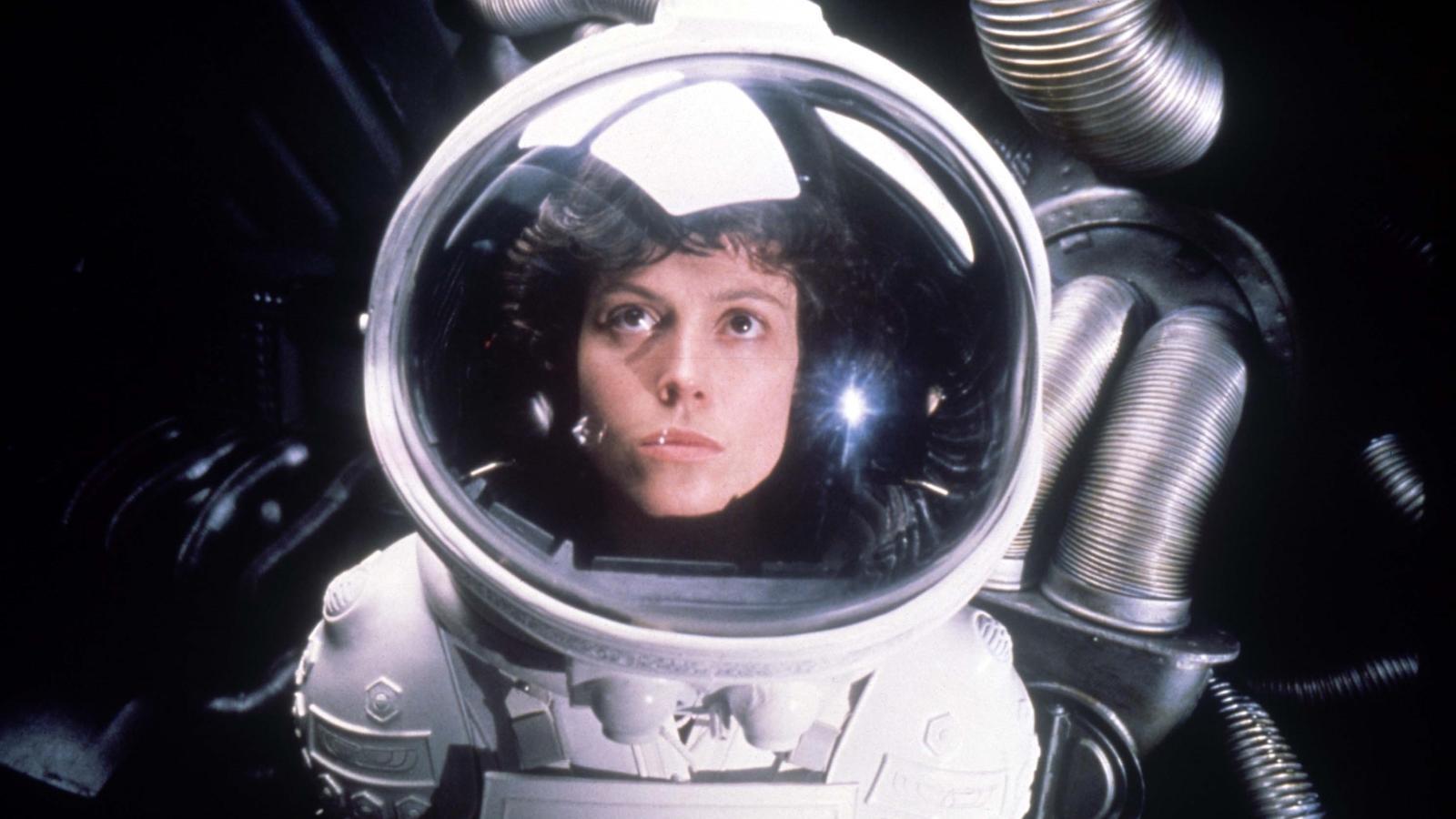 Ellen Ripley a Nostromo egyetlen túlélője, miután az űrhajó teljes legénységével végez egy titokzatos földönkívüli létforma. A megannyi folytatásfilmben feltűnő, Sigourney Weaver megformálta karakter a sci-fi történelem egyik legismertebb hősnője, igazi pionír, aki utat mutatott a következő generációknak. (Snap Stills/Shutterstock)