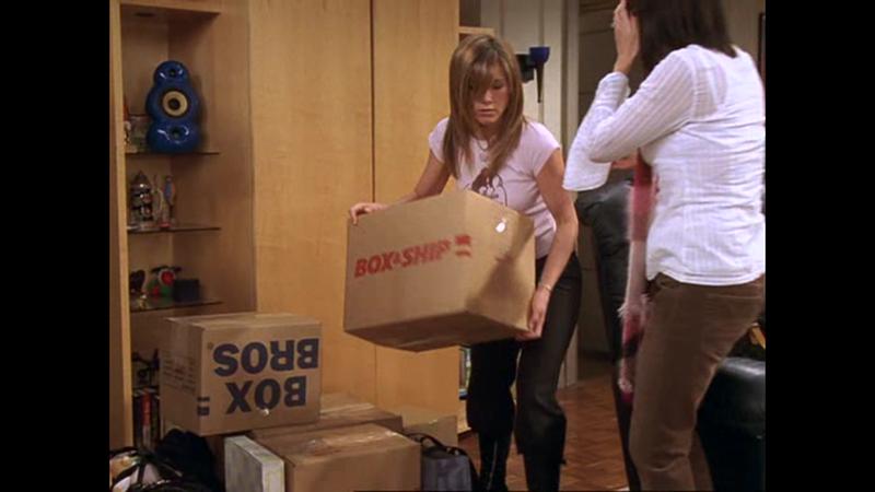 a, Véletlenül elcsomagolta a kék feliratú dobozba <br /> b, Chandler tette el