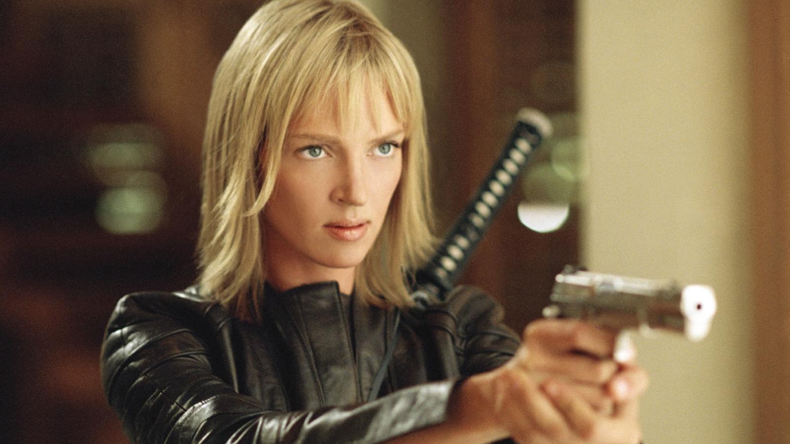 """Egészen a film végéig nem tudjuk meg Tarantino női főhősének nevét, mégis ő a """"leghalálosabb nő a világon"""", miután a vőlegényét megöli a volt szeretője, és ezért a """"Menyasszony"""" véres bosszúba kezd. (A Band Apart/Miramax/Kobal/Shutterstock)"""