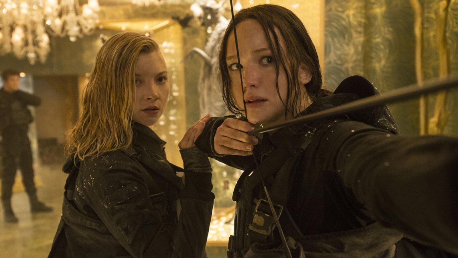 A lány a 12. körzetből, aki feláldozza magát, hogy húgát megmentse az aktuális évi viadaltól. Végül túléli a játékokat, közben a Snow elnökkel szembeni lázadás élére áll, és így lesz a szabadság és a remény szimbóluma is. (Moviestore Collection/Shutterstock)