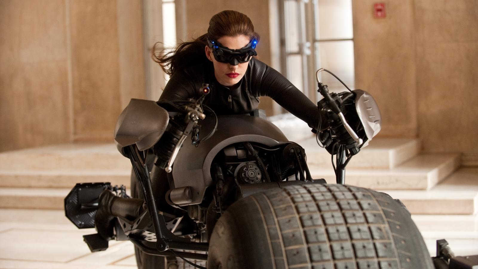 """Legyen szó Michelle Pfeifferről, Halle Berryről vagy Anne Hathawayről, a kérdés mindig az, a Macskanő karaktere hős vagy gonosz? Aztán persze a filmek végére egyértelmű lesz, ő is a """"jók"""" ligáját erősíti, miután felveszi a harcot a valódi gonoszokkal. (Warner Bros Pictures/Kobal/Shutterstock)"""