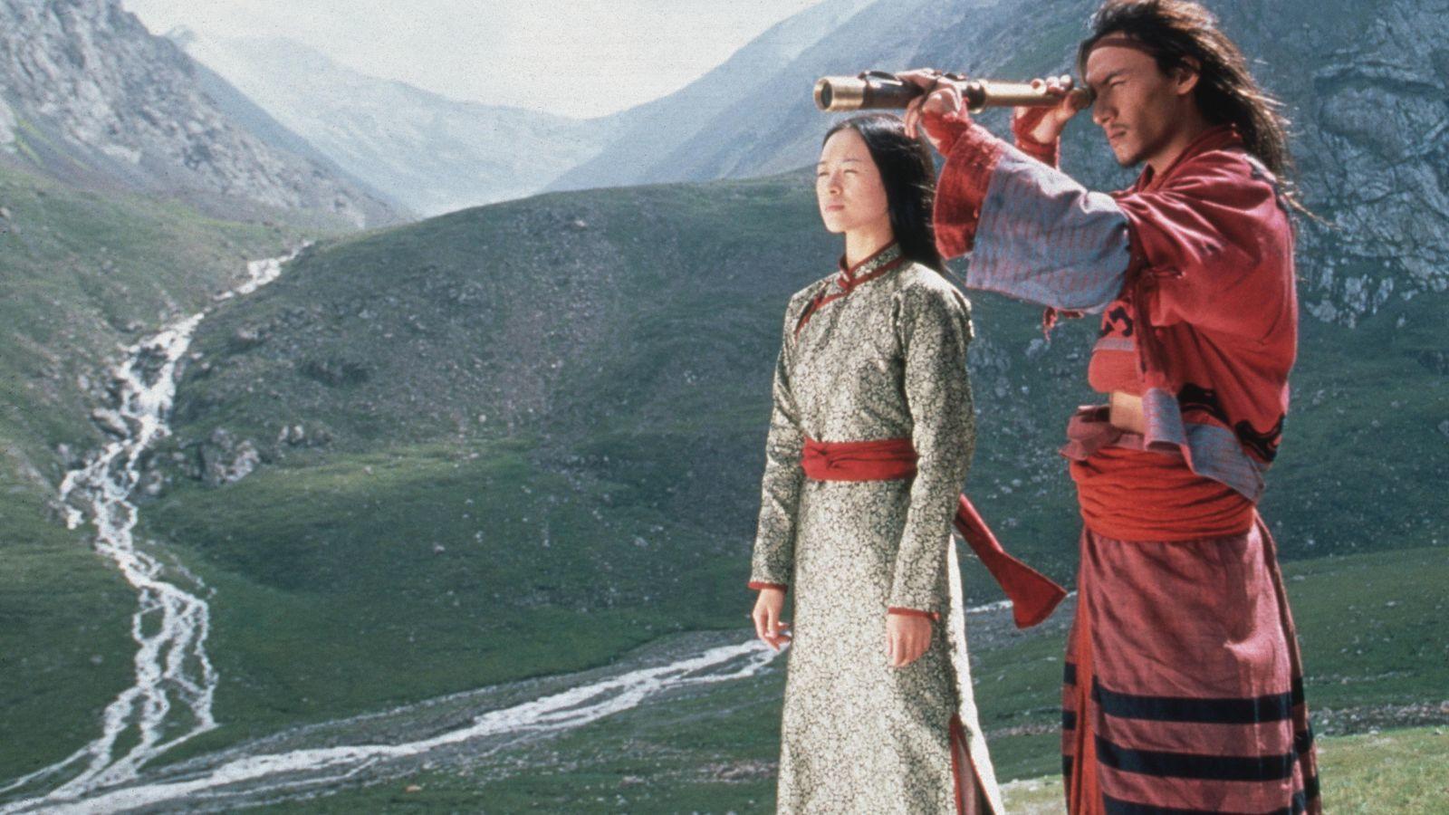 Egy olyan klasszikus 2000-ből, amit már csak nézni is maga a csoda. Nem igen láttunk előtte fákon lebegni színészeket, akik ráadásul a jelenetek nagy részét kaszkadőrök nélkül, maguk játszották el még hihetetlenebbé téve az egészet. A film egyértelműen nem várt gigasiker lett, még úgy is, hogy egyébként a nyugati közönség számára készítették. (Chan Kam Chuen/Columbia/Sony/Kobal/Shutterstock)