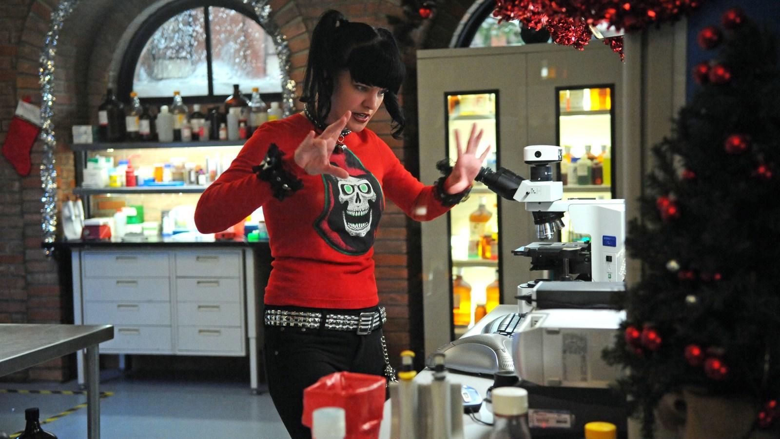 Perrette és Good is úgy véli, jó, ha egy-egy ruhaköltemény többször is feltűnik a sorozatban. Ez a karácsonyi pulcsi például minden évadban visszatér. (CBS)