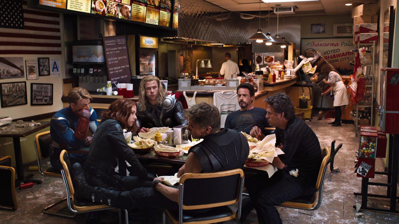 """Soha nem maradnak annyian a 2-3 óra alatt popcornal teleszórt székükben, mint a Marvel filmek végén. Mára tradícióvá vált, hogy a film """"hivatalos"""" végét még követi valami ráadás, legyen az kikacsintós poén vagy a történetbe szervesen illeszkedő csavar. A bónusz szórakoztatáson túl így a filmek végén felsorolt készítők is kapnak egy kis extra figyelmet, amiért külön jár a Végtelen Kövekkel kirakott pirospont. (Disney / Marvel)"""
