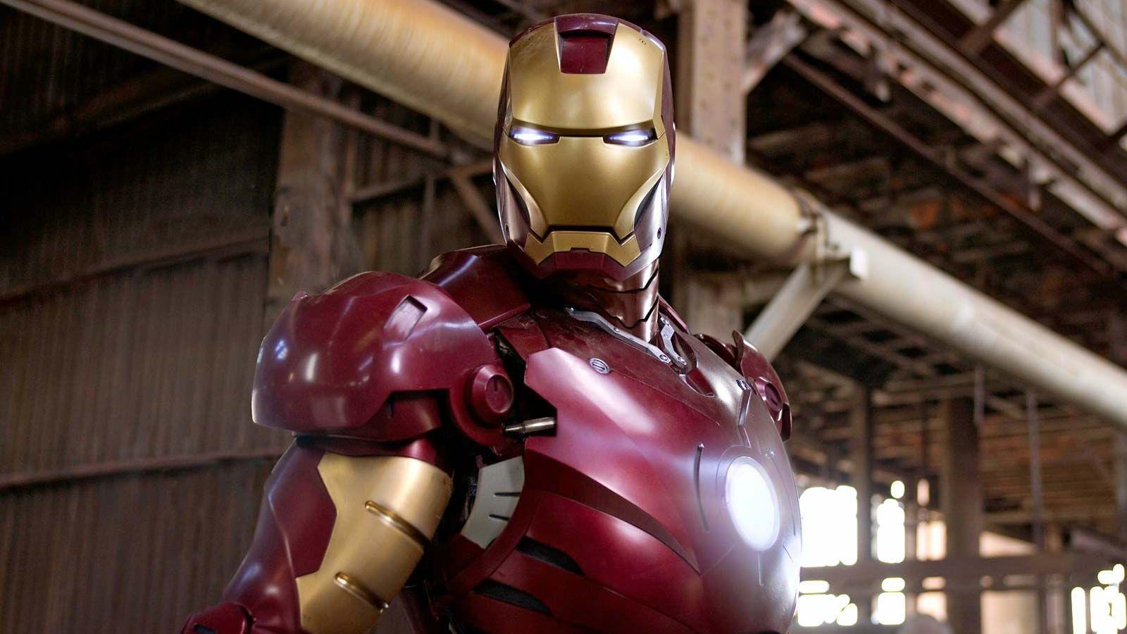 Tony Stark színrelépésével azonban új időszak kezdődött a képregyénfilmek történetében. Nagyot kockáztatott anno a Marvel: a leszállóágban lévő Rober Downey Jr.-ra és a változó sikerrel rendező John Favreau-ra bízták egy, a Marvel hőseit eddig sosem látott méretű filmes univerzumba tömörítő filmsorozat nyitódarabját. A Vasember végül 2008. második legjobban termelő filmje lett. Az első? Christopher Nolan Sötét lovagja...  (Disney\ Marvel)