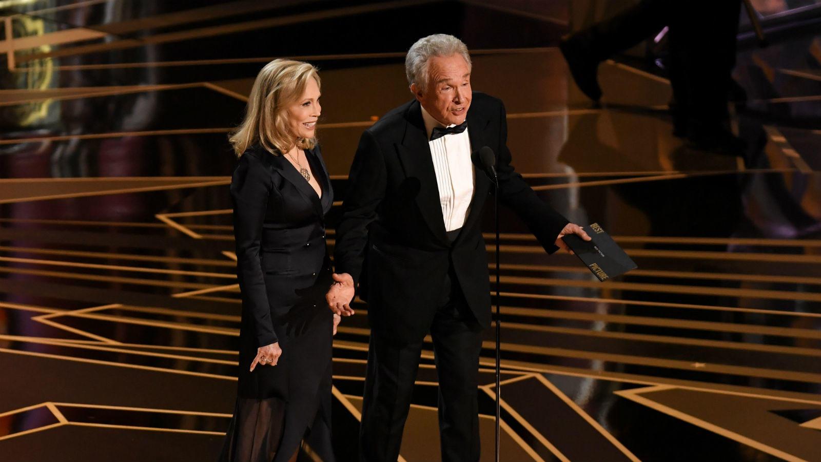 Az Oscar-díj történetének legkínosabb bakija: a 2017. év legjobb filmjének járó díjat a La La Landnek Warren Beatty és Faye Dunaway jelentette be. Csakhogy Beatty kezébe a rossz (az Emma Stonenak járó legjobb női főszereplőt tartalmazó) borítékot nyomták, a Filmakadémia ugyanis a Moonlightnak ítélte a díjat. A cikifaktort csak tovább emelte, hogy a hibára már akkor derült fény, amikor a La La Land alkotói már rég darálták köszönő beszédeiket a színpadon (REX/ Shutterstock)