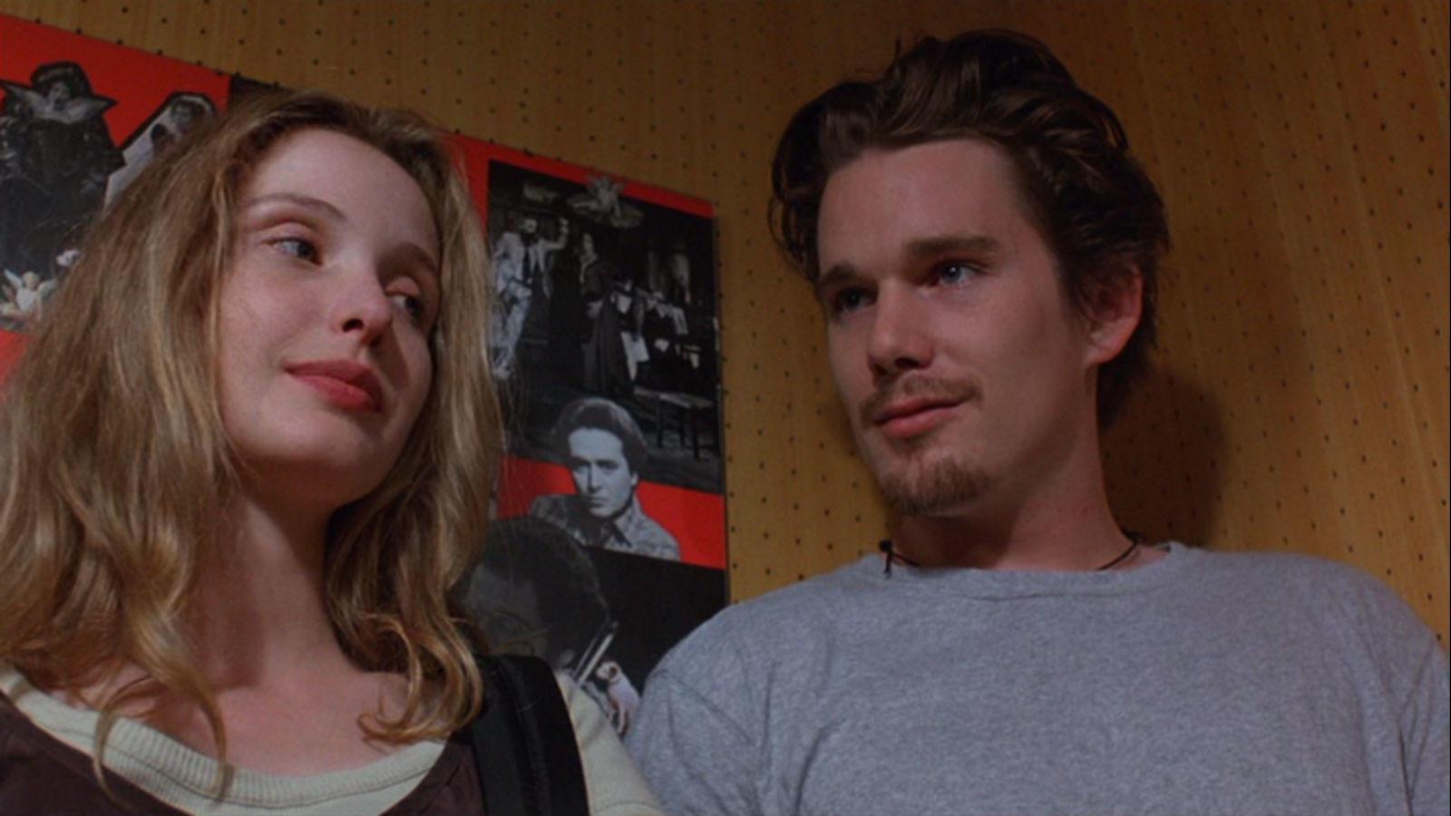 Jesse (Ethan Hawke) és Celine (Julie Delpy) egy Bécsbe tartó vonaton találkoznak, és miután megérkeznek, egy egész éjszakán át sétálnak a városban. Természetesen egymásba szeretnek, de Jesse-nek vissza kell mennie az Egyesült Államokba, Celine-nek pedig Párizsba. Olyan jól sikerült az egész éjszakás első randi, hogy két folytatást is kapott. (SPE)