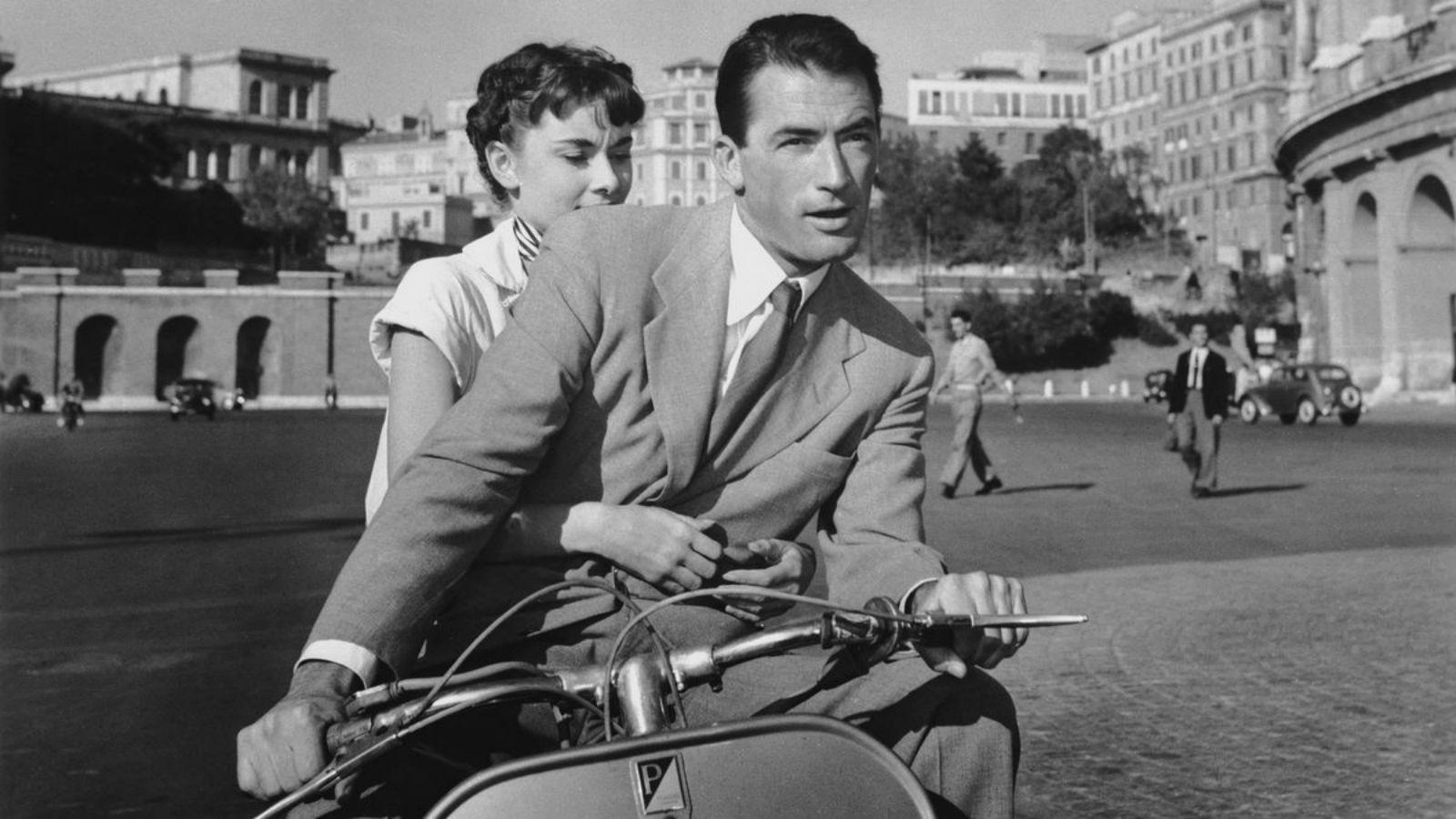Ann hercegnő (Audrey Hepburn) csak egy szabadnapra vágyik, amikor elfelejtheti udvari teendőit.Az újságíró Joe (Gregory Peck) kalauzolja végig a csodás Rómán. Elmennek a Spanyol lépcsőhöz, az Igazság szájához, és szuper sikkesen utazgatnak egy robogón. (Paramount Pictures)