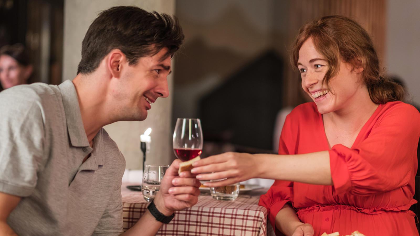 Romantikus hangulatban vagy? Gyújts meg egy gyertyát, nyiss / bonts valami finomságot, kuckózd be magad, és nézd esténként 20:00 órakor a 200 első randi második évadát a VIASAT3-on. Előtte viszont ráhangolódásként nézd meg a legemlékezetesebb filmes randiválogatást, amit neked gyűjtöttünk össze. (Fotó: VIASAT3)