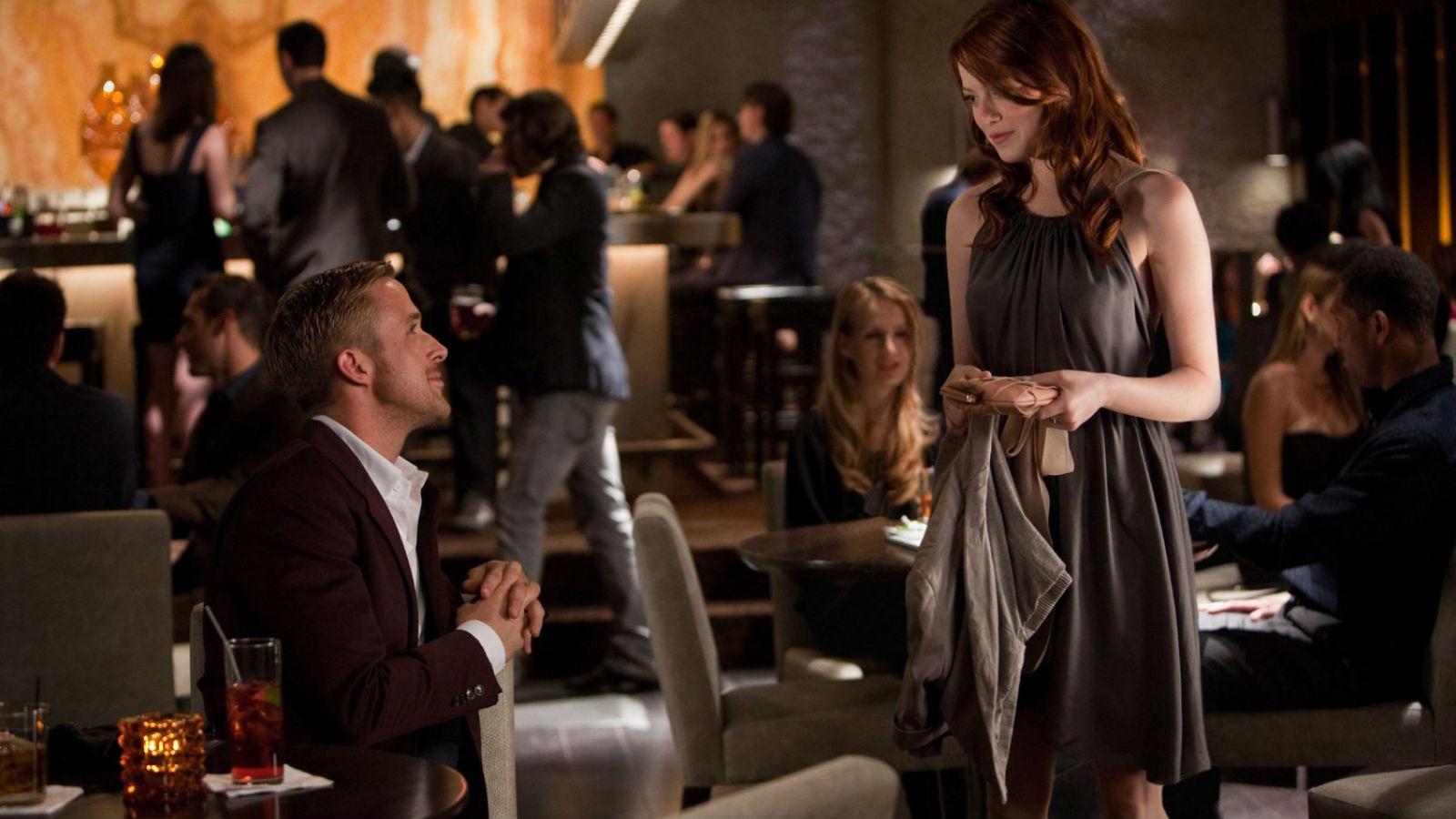 Elég, ha annyit tudsz erről az elképesztő randijelenetről, hogy Ryan Gosling félmeztelen, és Emma Stone végigsimít a hasán. Mint ahogy sokan mások is tennék ezt a helyében. És megismétlik a híres Dirty Dancing emelést is. (Warner Bros.)