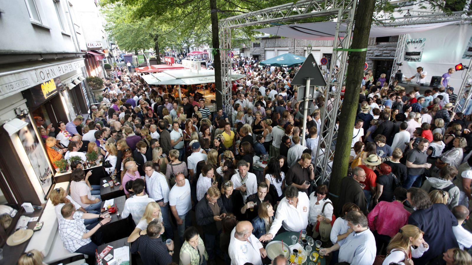 A Palmer Fest egy évente, általában májusban megrendezésre kerülő utcabál. Elég nagy népszerűségnek örvend, több ezer egyetemi hallgató szokott részt venni rajta, így az esemény sokszor túlzott ivászatba és rendbontásba torkollik. 2012-ben már este 7:50-kor veszélyes övezetnek nyilvánította a területet az Athéni polgármester,  majd nem sokkal később be is zárták a rendezvényt. (Jochen Tack / imageBROKER/Shutterstock)