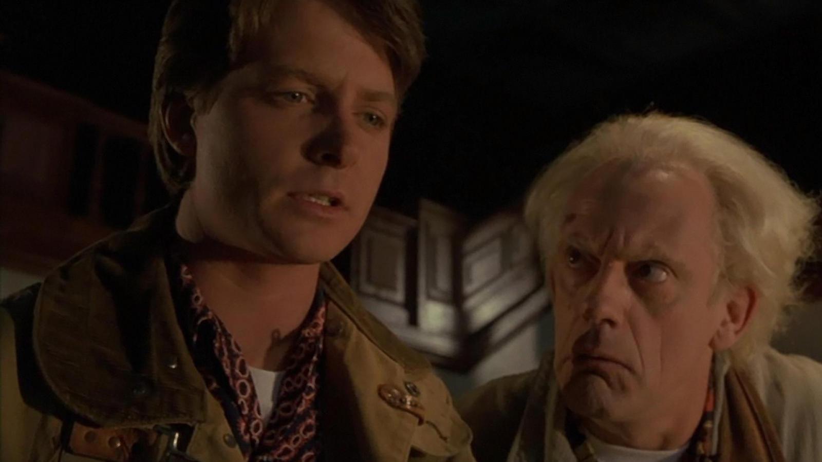 Doki az időgépnek köszönhetően hatalmas életszínvonalbeli javulást ér el Marty családjánál. Cserébe a fiú kétszer is megmenti őt - és természetesen közben ütős kalandokat is átélnek együtt.
