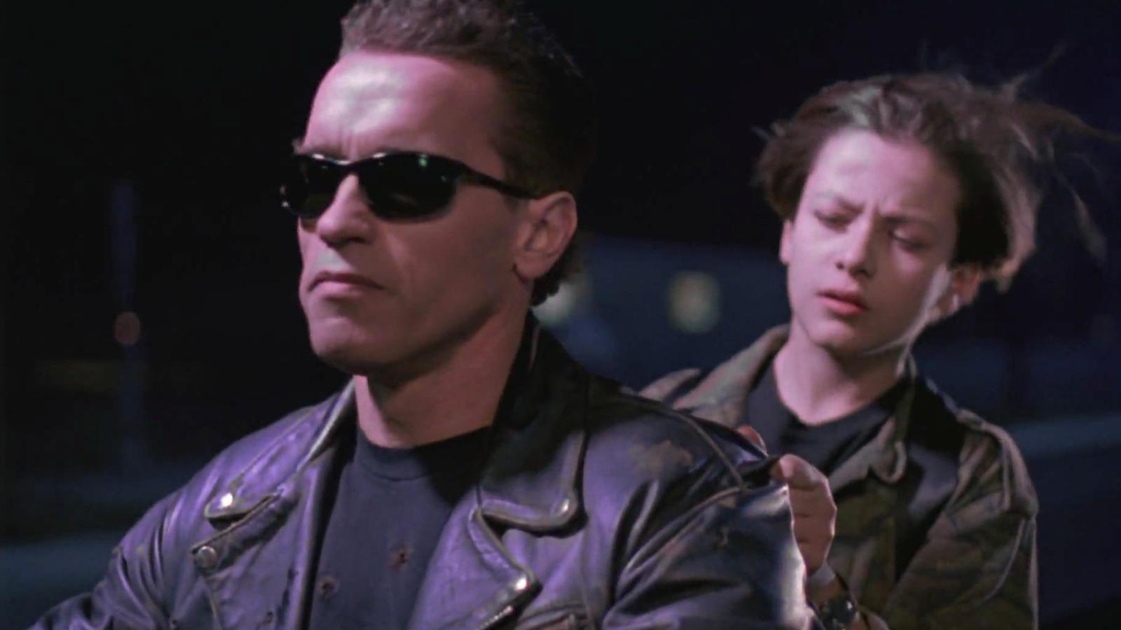 A második Terminátor-film a gyilkos robotot nem csupán megérthetővé, hanem szerethetővé is teszi. Connornak apja helyett apja lesz, és látjuk, ahogy együtt nőnek és változnak a fiúval.