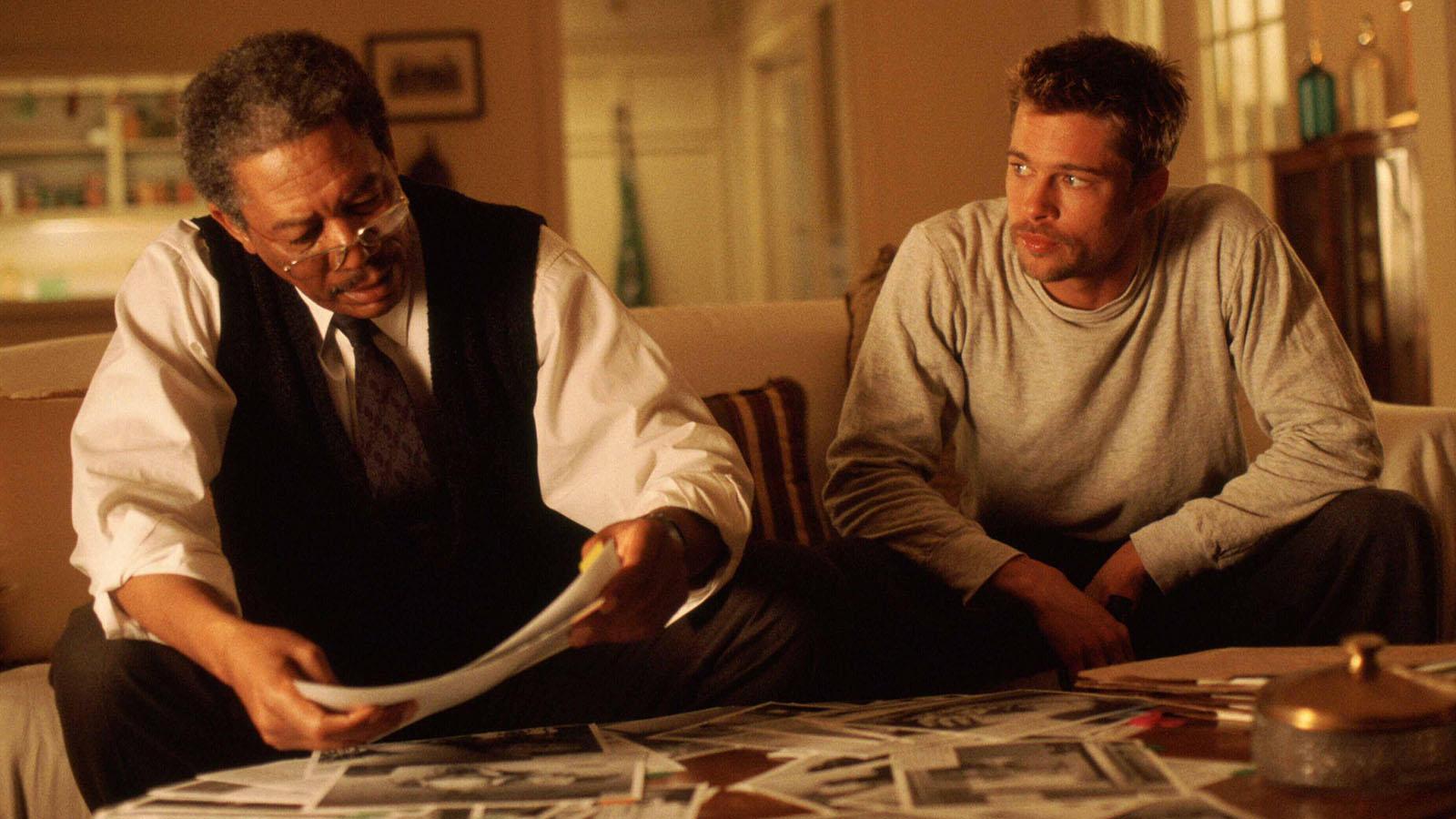 Miközben a nézők elvesznek a hálálos bibliai bűnök után kutakodó detektívtörténetben, épp csak a napnál világosabb következtetést szalasztják el. A csavar ott van, hogy a gyilkos megtréfálja a Brad Pitt alakította Mills nyomozót az utolsó bűn – a harag – esetében, miután a korábbit, az irigységet elég horrorisztikus módon tálálja. Az egész rém sötét, ám zseniálisan kitalált. (New Line Cinema)