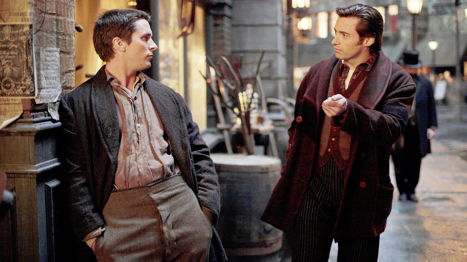 Christopher Nolan meséje a bűvészek végtelennek tűnő civakodásairól, a rendező egyik legjobb és legcsodásabban kiforgatott alkotása olyan váratlan fordulatokkal, hogy az ember el sem hiszi, amit lát. (Warner Bros.)