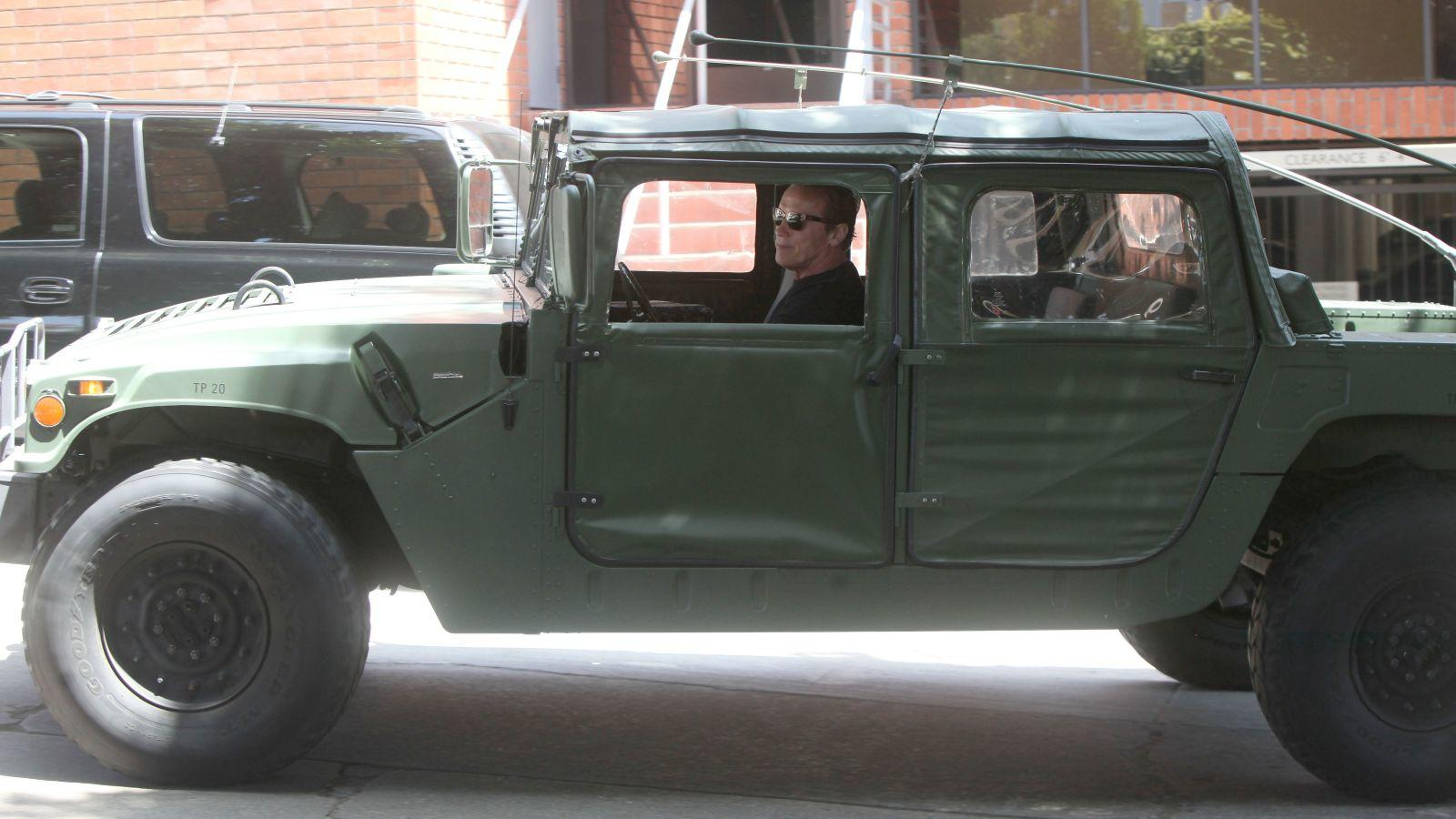 A volt kaliforniai kormányzó valószínűleg még idén év elején, mintegy 2,5 millió dollárért vált meg Bugatti Veyronjától, ám pánikra semmi ok, azóta egy, az amerikai hadsereg által is használt Hummer H1 katonai terepjáróval furikázik. Arnold Schwarzeneggert a géppel először még márciusban látták, amint azzal ment Los Angelesben egy vacsorára a barátaival. A választásán azonban nincs mit csodálkozni, elvégre mégis ő a Terminátor! (Beverly News/Shutterstock)