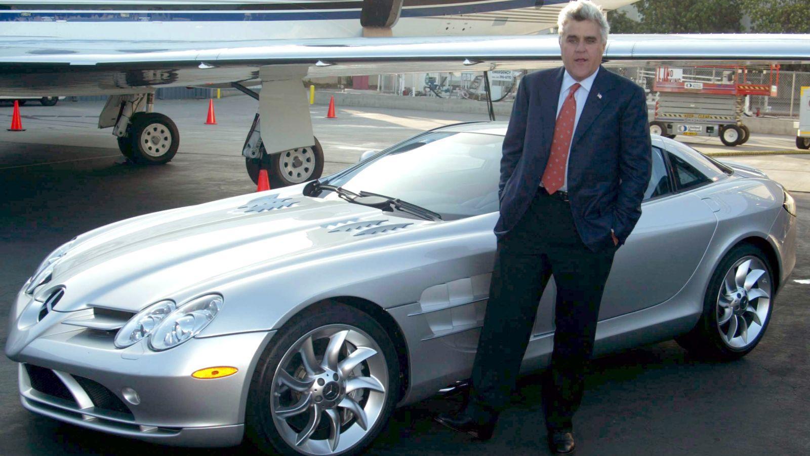 A talkshow nagyágyúról, Jay Lenóról köztudott, gyűjti az autókat, így nem maradhat ki a listáról. Kollekciójának egyik ékköve egy Mercedes SLR McLaren – nem egy klasszikus darab, de az egyik leggyorsabb és legkomfortosabb sportkocsi a piacon, nem mellesleg félmillió dollárt kóstál. A Leno-garázsban amúgy akad még MacLaren P1 és Forma-1-es darab, vagy egy Jaguar XK120M, valamint egy Bugatti Type 57 Atlantic SC, amiből állítólag két működő darabot gyártottak a világon! (Peter Brooker/Shutterstock)