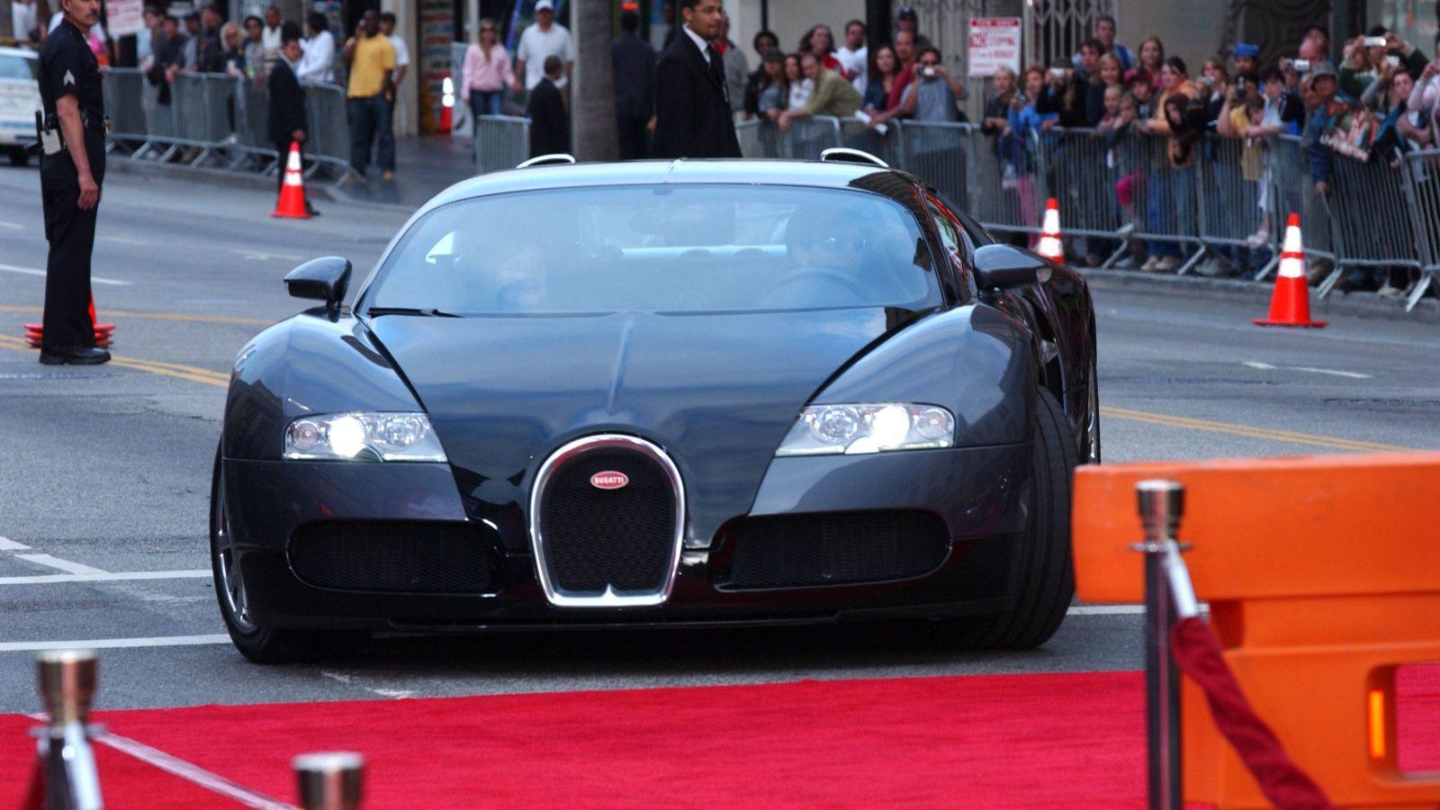 A maga 1200 lóerejével és 8 literes V-16-os motorjával a Bugatti Veyron sportkocsi képes elérni akár a 408,84 kilométer per órás sebességet is. Sok celebnek van ilyen verdája, többek között Tom Cruise-nak is. (Stewart Cook/Shutterstock)
