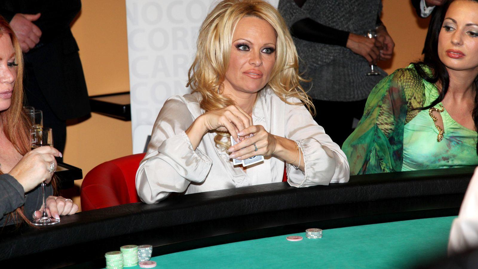 Akadnak ám női hírességek is, akik élnek-halnak a szerencsejátékokért. A Baywatch egykori üdvöskéje, Pamela Anderson például igazi játékgép- és pókerfüggő. A rossz nyelvek szerint azért ment feleségül Rick Salomonhoz, hogy a férfi rendezze 250 ezer dolláros kártyaadósságát, amivel egy Las Vegas-i kaszinónak lógott. (Karl Schoendorfer/Shutterstock)