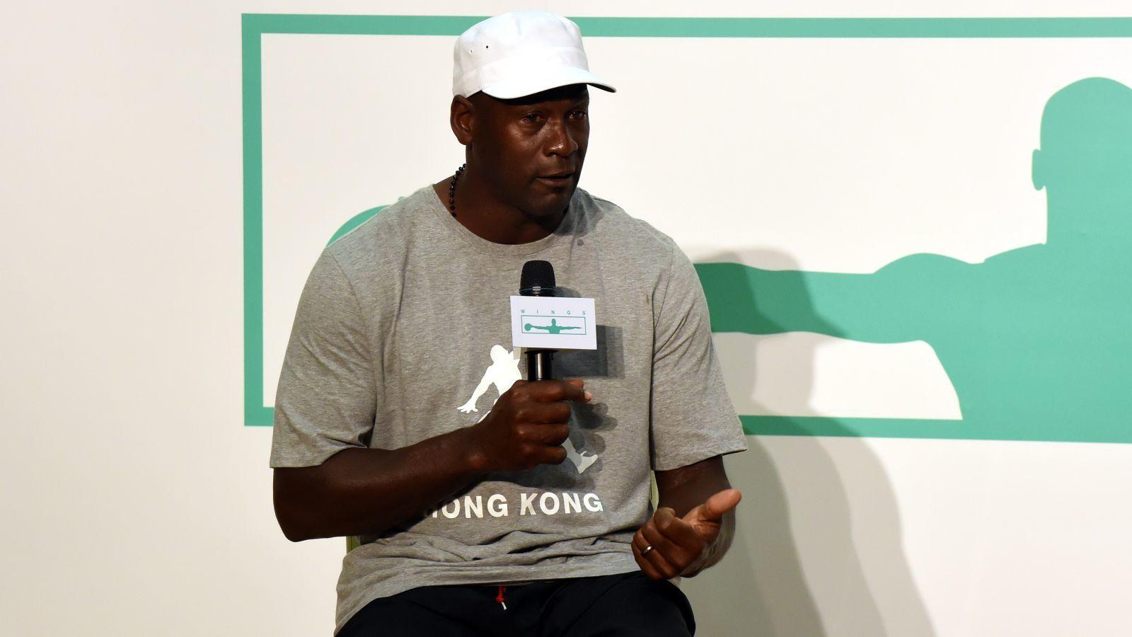 Az amerikai profi kosárlabda liga, az NBA talán legismertebb és egyik legtiszteltebb játékosának első, 1993-as visszavonulása egyes híresztelések szerint a játékfüggősége miatt történt. Látták játszani meccs előtti éjjel, volt aki pedig azt állította, 1,25 millió dollárt nyert el tőle akkoriban a golfpályán. Az ugyanakkor kiderült, hogy Jordant anno – véleményezett játékfüggősége miatt – nem a liga tiltotta el a kosárlabdázástól. (Imagine China/Shutterstock)