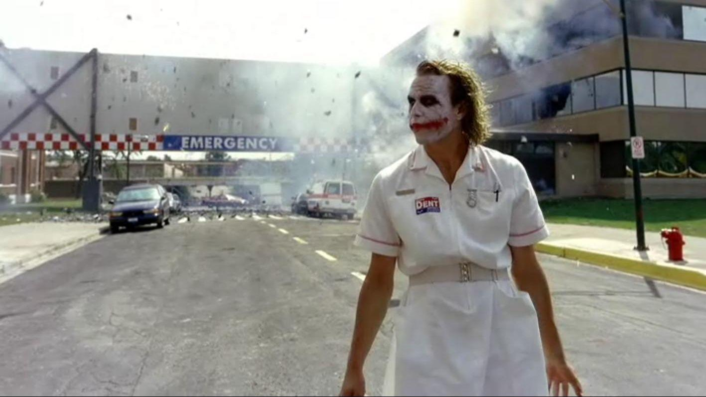 """A jelenetben, ahol Joker besurran a Gotham kórházba, hogy találkozzon Harvey Denttel, Ledger nővérnek öltözik, és a névtábla a jelmezén """"Matilda."""" Így hívják Ledger 2005-ben született kislányát. (Warner Bros.)"""