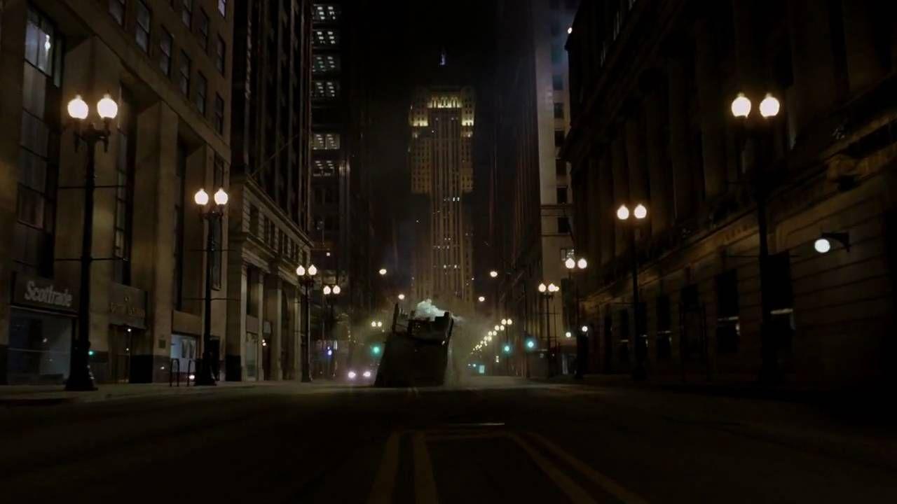 Nolan híres arról, hogy ahol lehet, elkerüli a CGI-t és ez nem volt másképp a legrázósabb jeleneteknél sem: Mikor Batman acélkábelekkel megfordítja Joker 18 kerekes teherautóját a levegőben, az tényleg megtörtént Chicago utcáin, ami önmagában elképesztő. (Warner Bros.)