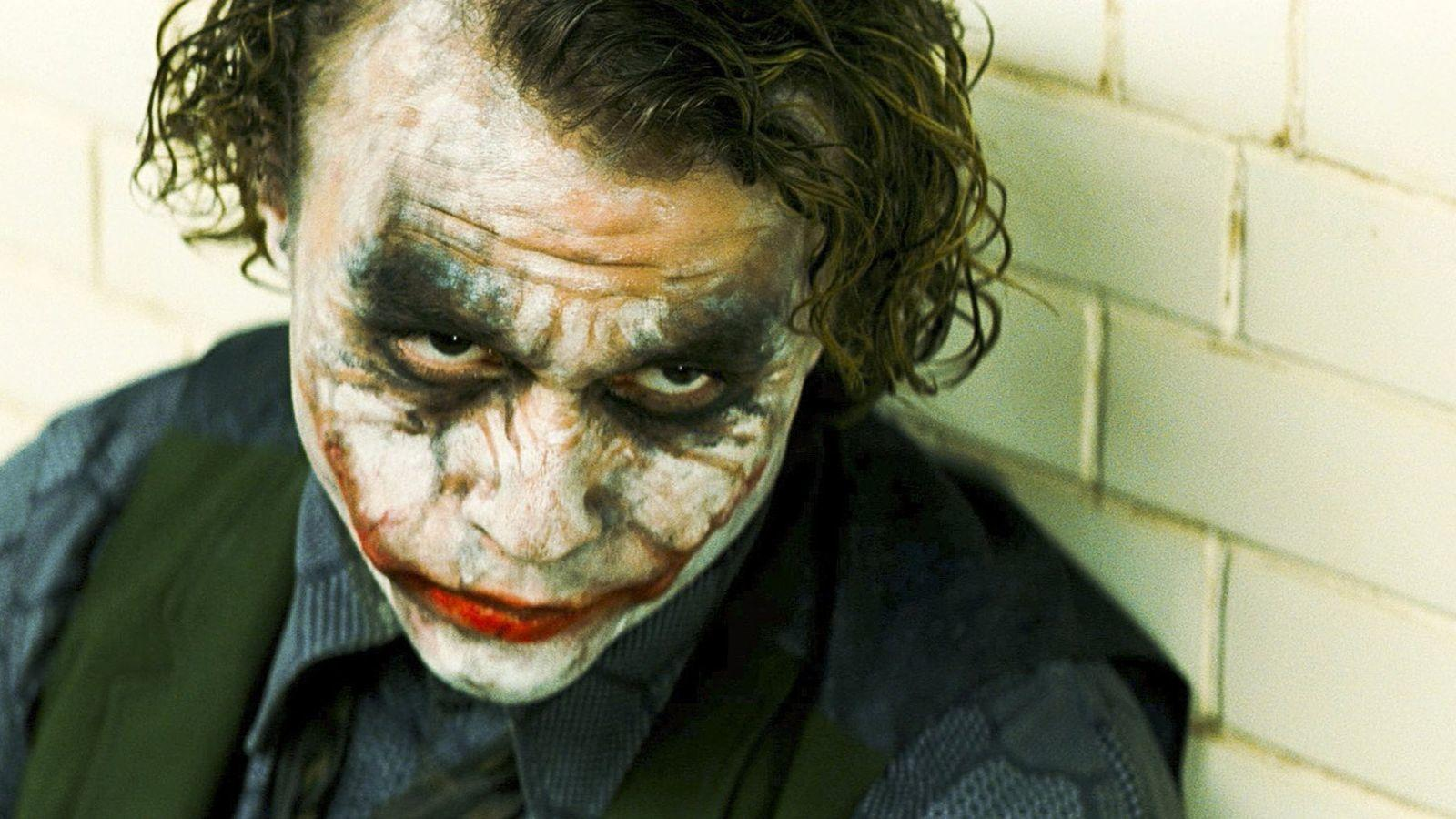A forgatáson Ledger öltözője és sminkes lakókocsija egy kisebb dombon állt, ahonnan Ledger mindig egy gördeszkával gurult le a helyszínre. Caglione emlékei szerint a deszka végig vele volt, és szünetekben keresztül-kasul gurult a szetten és mindenkivel poénkodott, teljes kosztümben és sminkben, mint egy igazi Joker. (Warner Bros.)