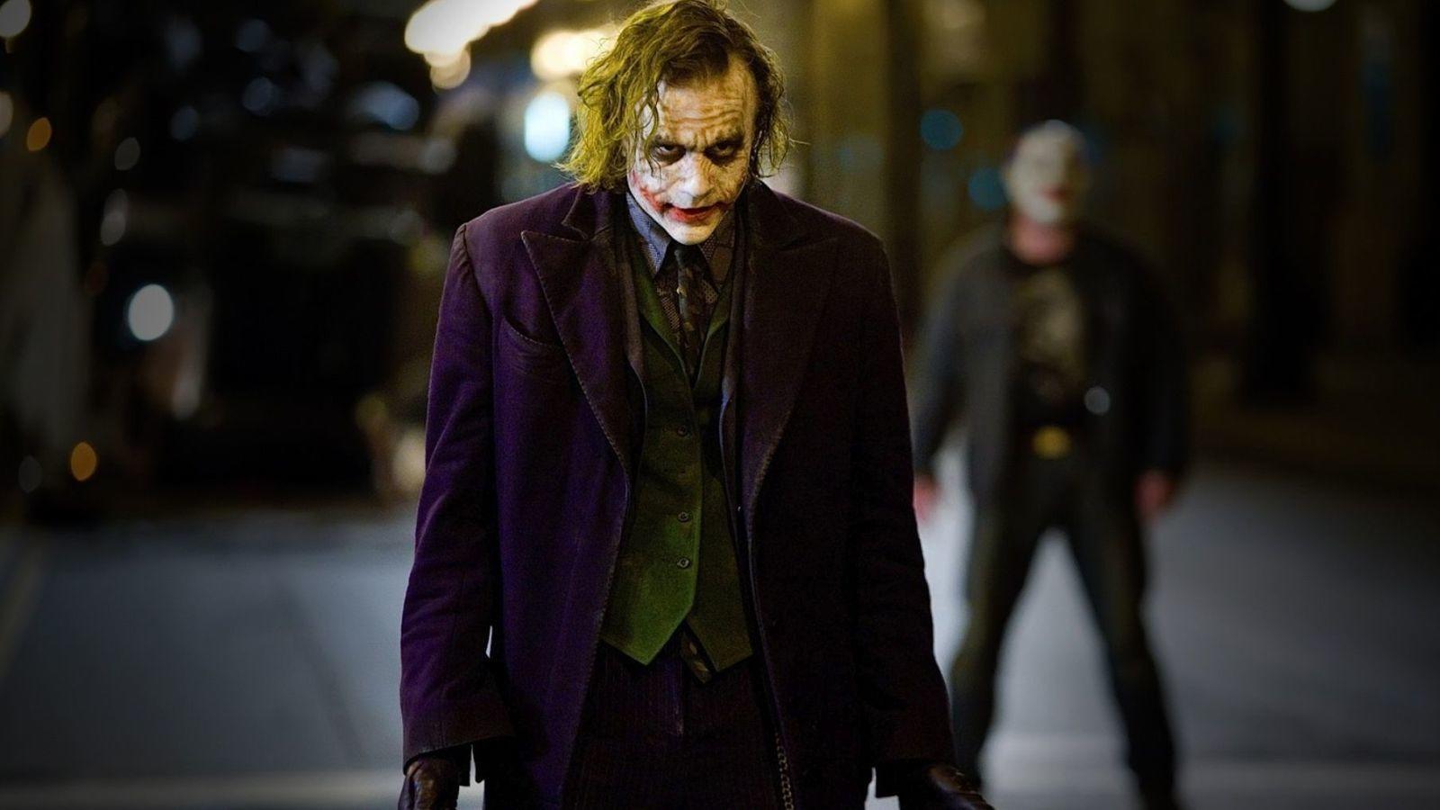 Nolan szándékosan nem kreált teremtéssztorit Jokernek, mert a tiszta, tomboló anarchiát szerette volna megtestesülni látni Jokerben, ehhez pedig egy valós minta is kellett: Conor O'Sullivan protézis-szakértőt is bevonták, hogy minél hitelesebbek legyenek a sebhelyek, aki egy létező férfi sebeit vette alapul. (Warner Bros.)
