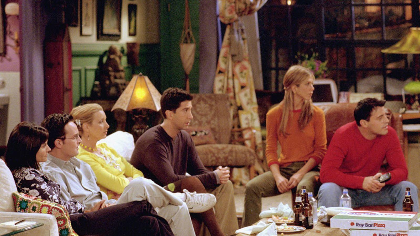 Az évadok alatt megváltozott a szemben lévő ház, így Ross nem költözhetett be a Ronda Pucér Pasi eredeti lakhelyére...
