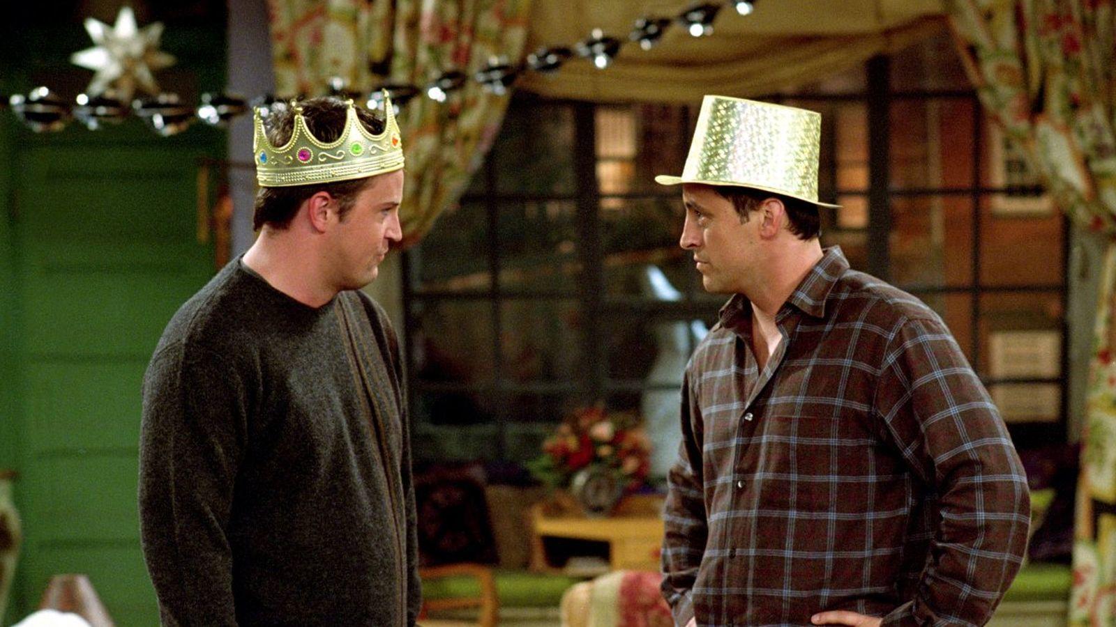 A 7. évadban Chandlernek problémája van a borravalózással, olyannyira, hogy még Monicát is megkérdezi, hogy ez Richardnak valaha gondot okozott-e. Ennek nincs értelme, mivel...