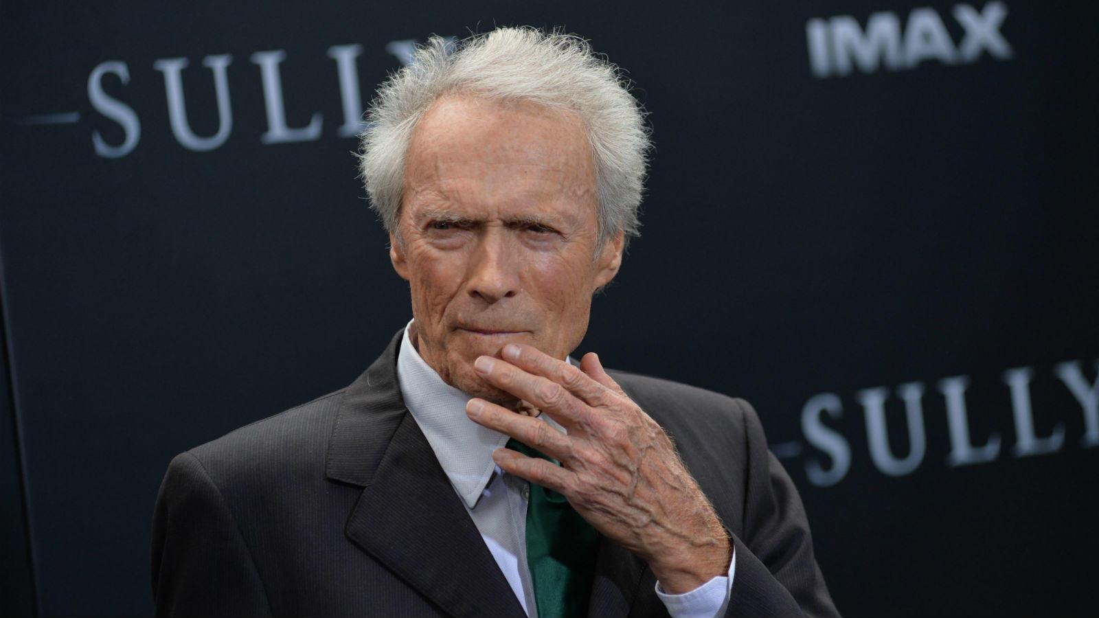 """Mielőtt Oscar-díjas színész, rendező és producer lett volna, Clint Eastwood járt – a színészkurzust is működtető – Los Angeles City College elnevezésű, kétéves képzéseket kínáló """"népfőiskolára"""". Végül sose diplomázott le, ám közben számtalan alkalmi munkát is vállalt, így volt acélmunkás és favágó is. (REX/ Shutterstock)"""