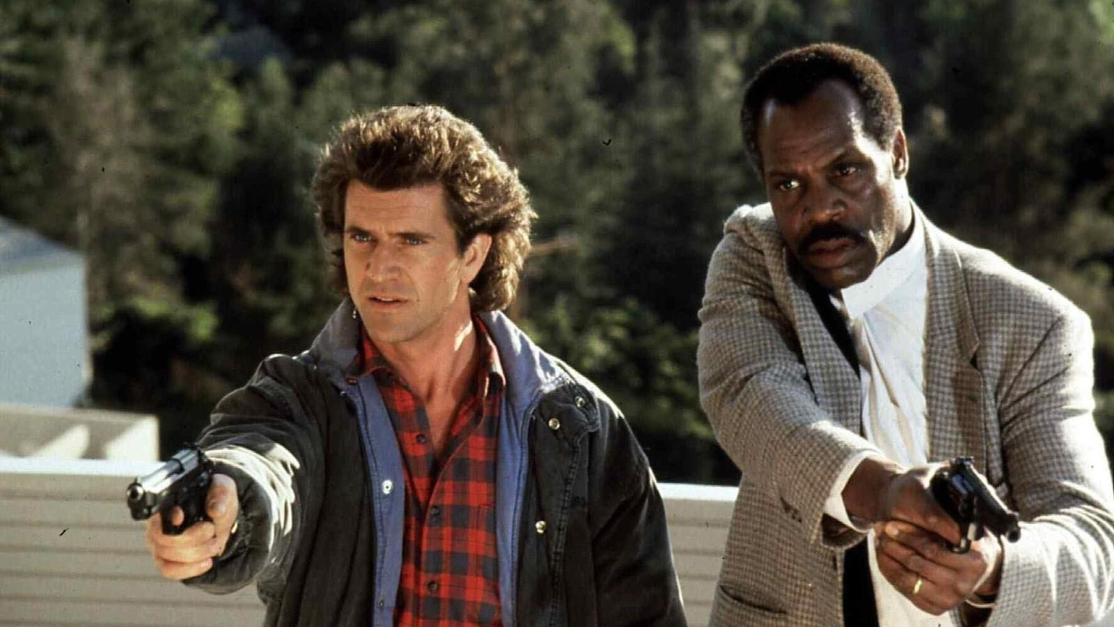 Kettejük közül egyértelműen a Mel Gibson alakította Martin Riggs a zűrösebb egyéniség, Danny Glover örökké nyugdíj előtt álló, a végletekig empatikus Roger Murtaugh-ja szépen kiveszi részét a tehermegosztásból, így könnyítve meg partnere életét. A két nyomozóból az évek során igazi vásott kis csapat kovácsolódott, s ugyan nem ők találják fel a spanyolviaszt, ám az, amit csinálnak, egyszerűen zseniális! (Warner Bros.)