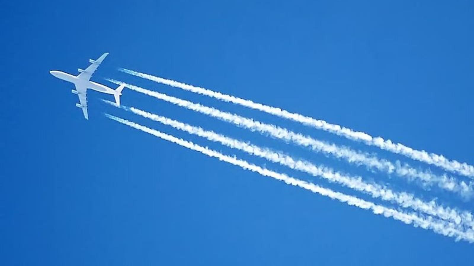 Mindenki tudja, a repülőgép sugárhajtóművei hosszú, fehér kondenzcsíkot húznak maguk után az égen repülés közben. A chemtrail hívők szerint ezekben olyan vegyszereket hintenek el a kormányok, amelyekkel lélektani, pszichikai uralom alatt lehet tartani a lakosságot. Mások úgy hiszik, a kormányok a repülőkből kilövellő vegyszerekkel befolyásolják az időjárást, a klímát, illetve gyógyíthatatlan betegségekkel tartják kordában és szabályozzák a földi populációt. (Wikipedia)