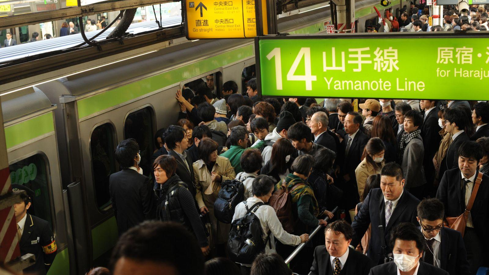 """Mielőtt valaki azon morfondírozna, hogy mennyire zsúfoltak a budapesti metrók, előbb vessen egy pillantást a kínai, hongkongi vagy épp a japán helyzetre. Utóbbi helyen például """"osijáz"""" néven olyan személyeket alkalmaznak, akiknek az a feladatuk, hogy az állomásra érkező szerelvénybe tuszkolják fel az ajtón át az utasokat egészen addig, amíg be nem záródnak, és a metró tovább nem indul. (Sinopix/Shutterstock)"""