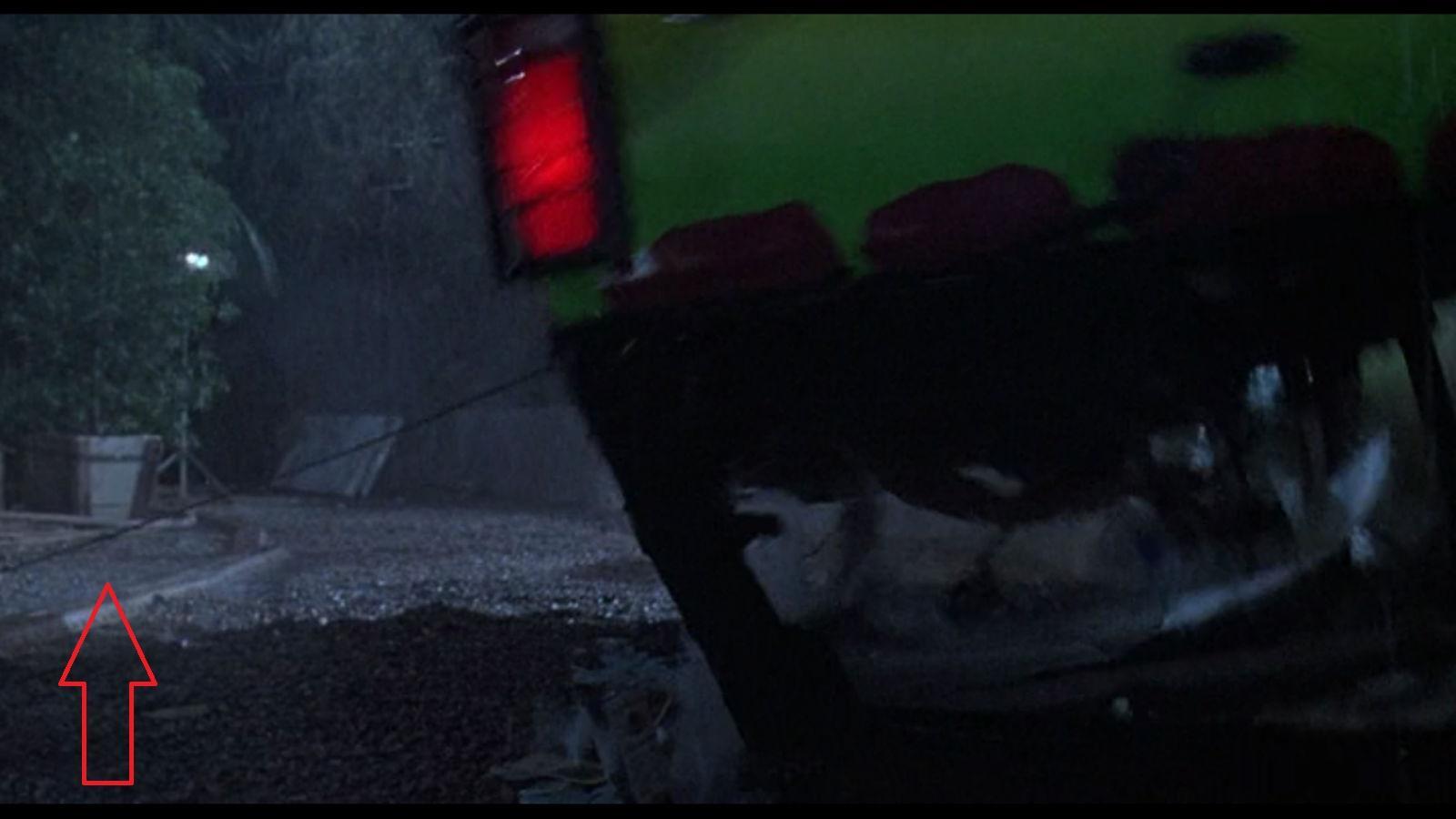 Jól figyelj, amikor a T-rex meglöki a kocsit Lex-szel és Timmel, majd felborítja. Láthatod az egyik műfát tartó edényt és egy lámpát is! (Universal Pictures)