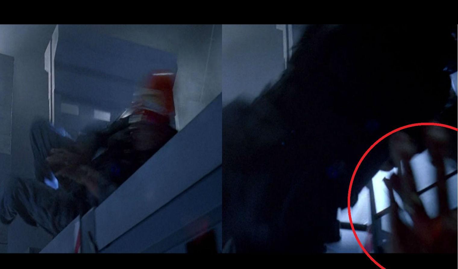 A nyitó jelenetben a velociraptor megérkezik egy konténerben. Egyből neki is rohan az ajtónak, ahogy kinyílik, és a földre löki Jophry-t. Fel is tűnik gyorsan két kéz, hogy megmentse őt, na és a kamerát! (Universal Pictures)