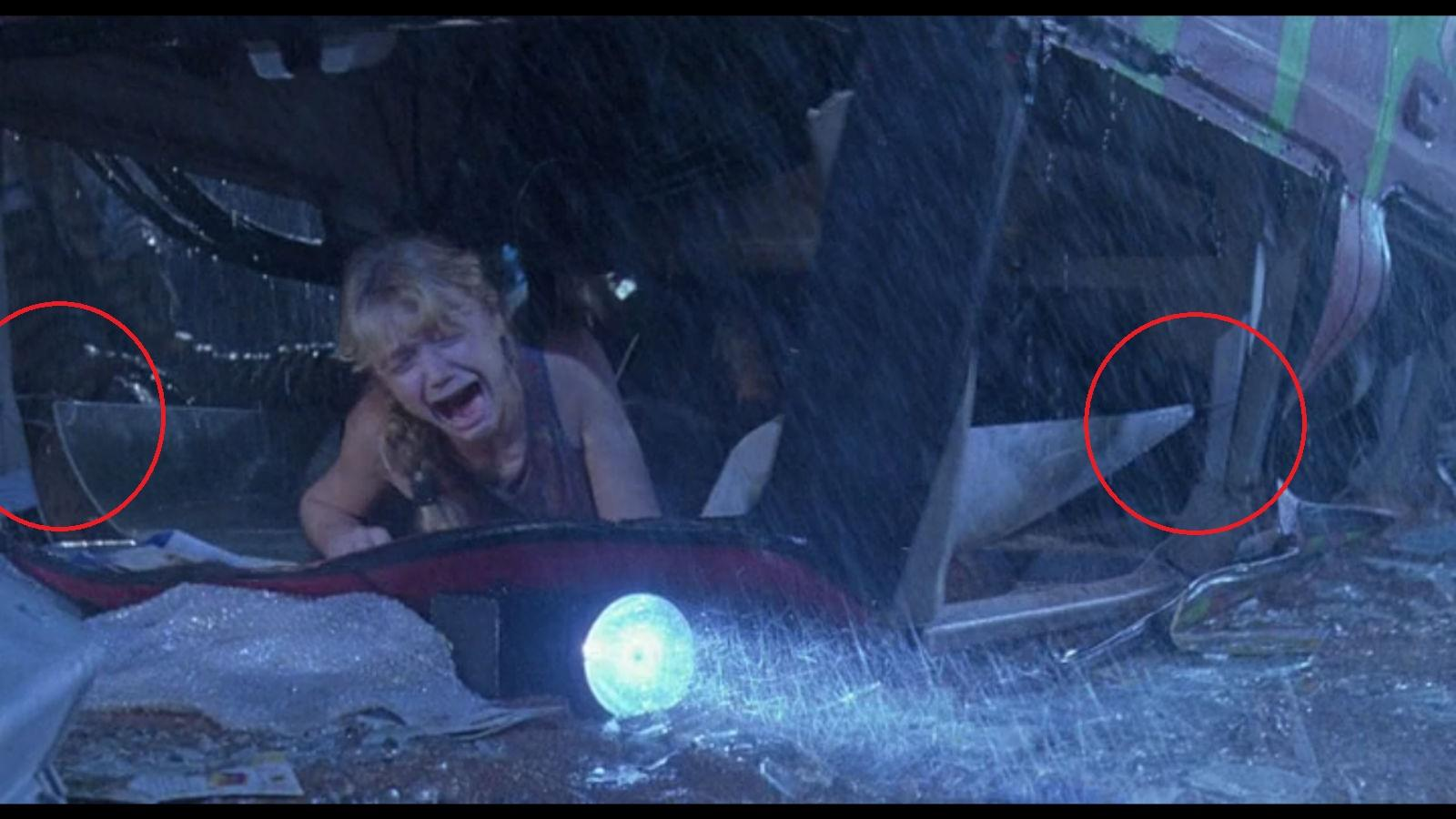 Miután az Exploreret felborította  T-Rex, látszanak a drótok és a lyukak, amik segítségével rögzítve volt a tető. (Universal Pictures)