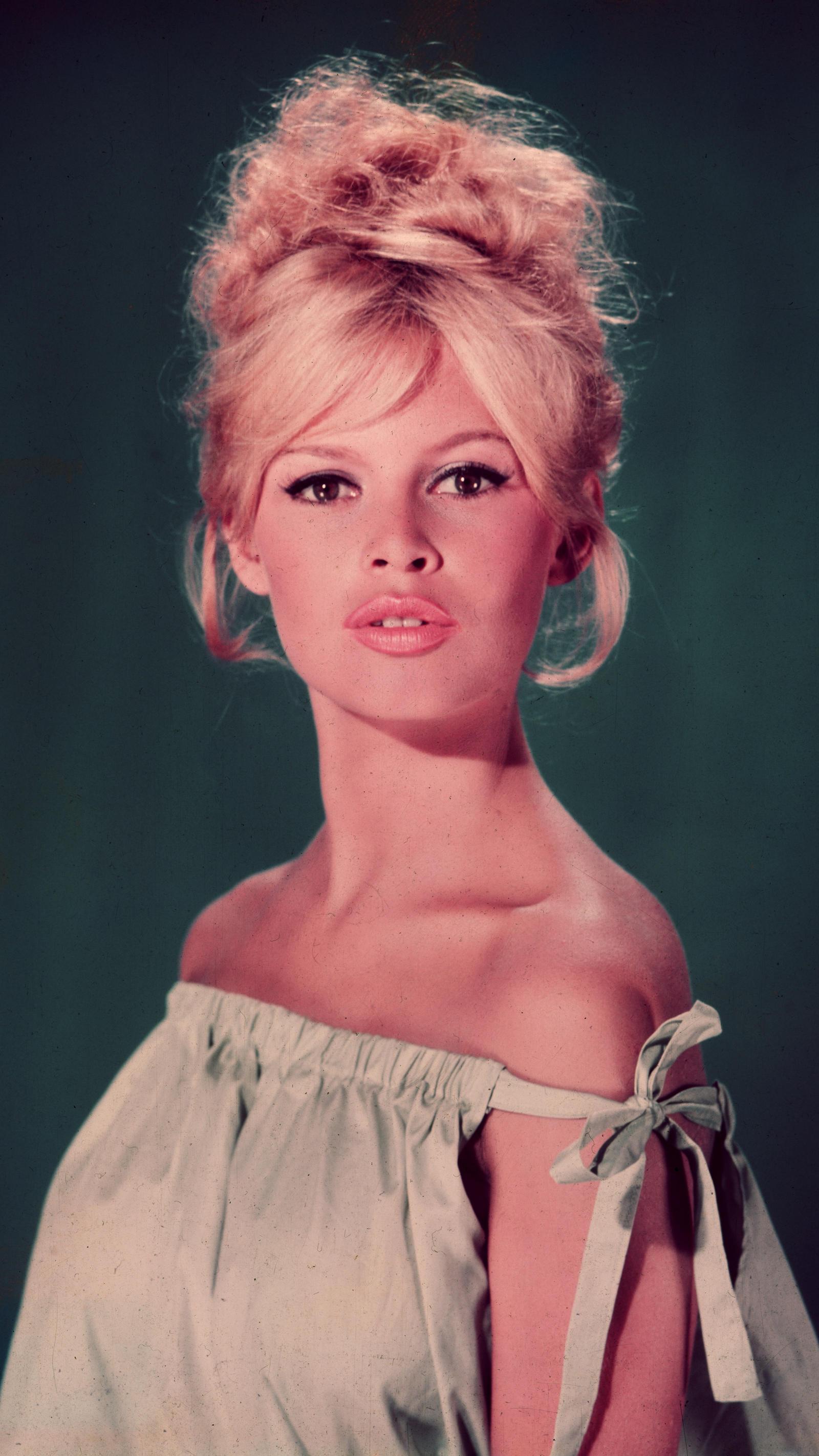A francia modell és színésznő hosszú, szőke, művészien kócos fürtjei azt sugallták, mintha pajkoskodásból tért volna vissza, a szénakazalból.