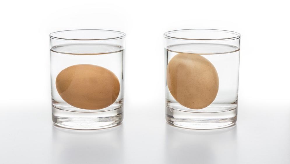 Szeretnéd tudni, hogy jó –e még a tojás, amit használni akarsz? Tedd egy pohár vízbe! A friss tojás vízszintesen fekszik a vízben, mint a kép baloldalán, míg a régi (nagy valószínűséggel romlott) tojás függőlegesen áll. (Shutterstock)
