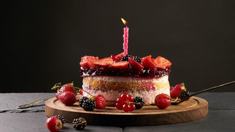 Ha nem akarod, hogy a viasz ráfolyjon a szülinapi tortára, szúrd a gyertyát egy darab gyümölcsbe. Így gyümölccsel együtt el tudod majd távolítani. (Shutterstock)