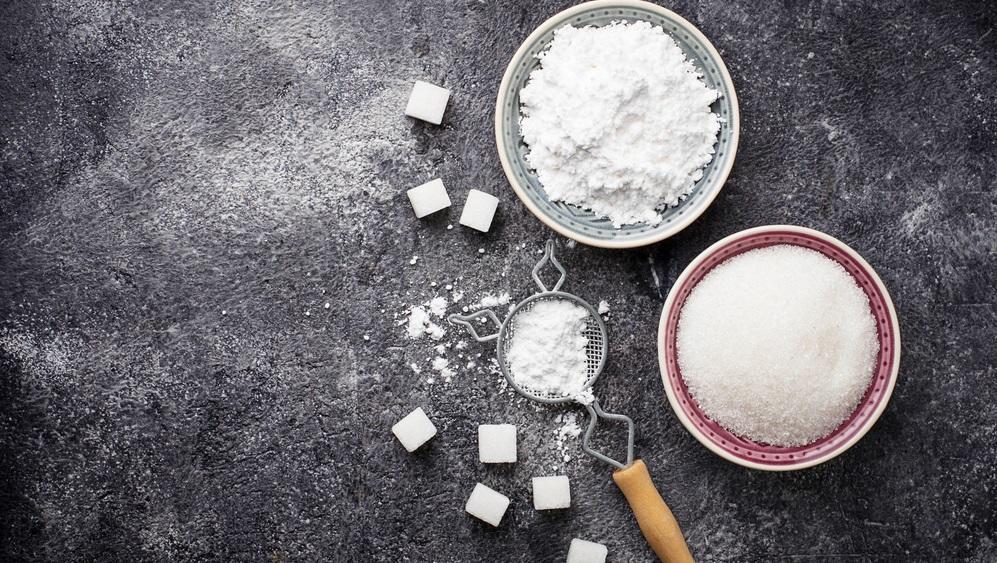 Nincs otthon porcukrod? Tegyél normál cukrot a konyhai robotgépbe, és aprítsd pár percig. Máris kész a porcukor. (Shutterstock)