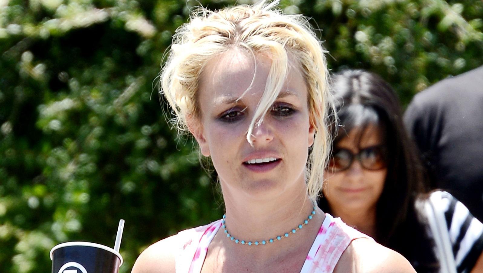 Britney volt az egyik legelső tini pop sztár, milliók rajongtak érte. Aztán egy nap leborotválta a haját. Rátámadt a lesifotósokra, elvált, zűrös lett a magánélete, elvonóra ment. Azt rebesgették, mentálisan instabil, sőt depresszióról és öngyilkossági kísérletekről is lehetett hallani. Szerencsére úgy tűnik, ez már a múlt. (Broadimage/REX/Shutterstock)