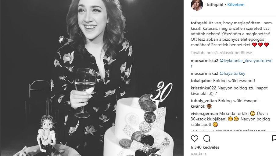 A kép szerint Gabi több tortát is kapott erre a szép kerek évfordulóra, mindkettő szuperjól néz ki. (Instagram/tothgabi)