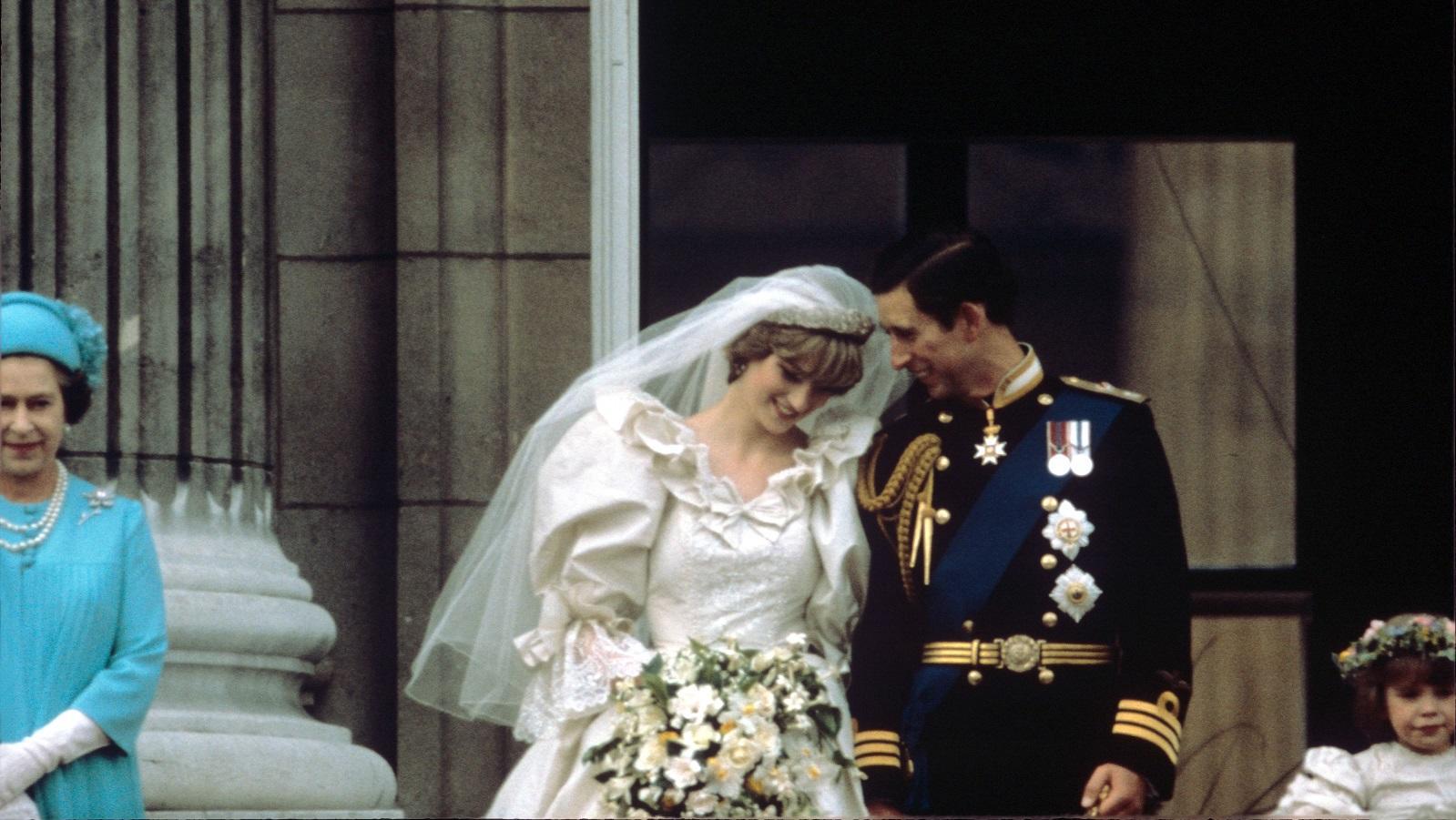 """Ez az összeg mai árfolyamon számítva bizony 100 millió dollár fölé rúgna. A St Paul's Katedrálisban rendezett esküvőn a királyi család tagjai mellett rengeteg híresség és 2 millió néző volt jelen, míg 750 millió TV néző követte az eseményt. Diana csodálatos volt menyasszonyi ruhájában. 27 torta készült az eseményre, a legimpozánsabb, a 1,5 méter magas """"fő"""" esküvői torta elkészítéséhez 14 hét kellett. Ráadásul rögtön kettőt is készítettek belőle, minden eshetőségre felkészülve. (Shutterstock)"""