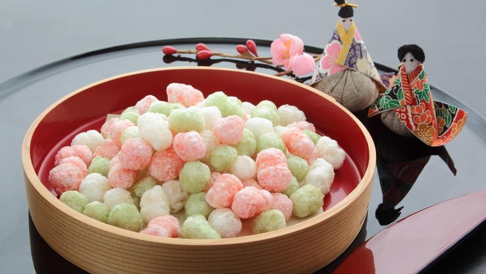 Végre egy ismerős nassolnivaló. Ezek a kis gömbök cukormázzal borított felfújt rizsgolyók, nagyon hasonlítanak a hazai rizses pufira. Japánban különösen fontos desszertje ez a Hinamatsuri-nak, a Baba fesztiválnak március 3-án, ahol a kislányok egészségéért és boldogságáért ajánlják fel őket. (Shutterstock)