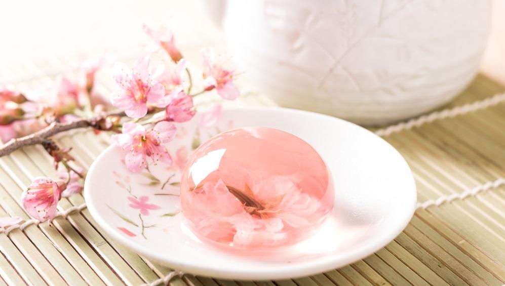 Nem, ez nem egy hógömb japán változata, nem is egy üvegnehezék. Ez egy ehető virág sakura kanton zselében, igazi műalkotás! (Shutterstock)